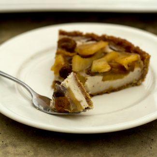 Foto van appeltaart met banketbakkersroom en gelei-topping.