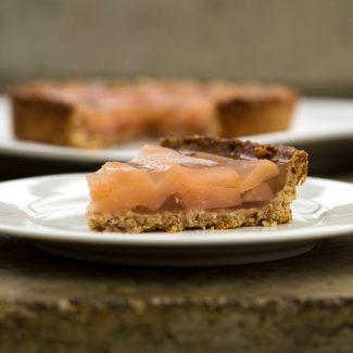 Foto met peren-wijn taart van ingemaakte stoofperen met gelei.