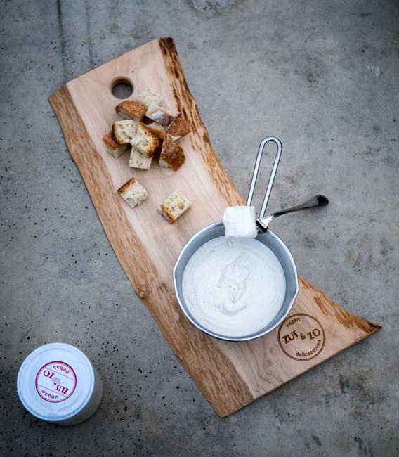 Foto van kaasfondue en brood op Zus&Zo plank.