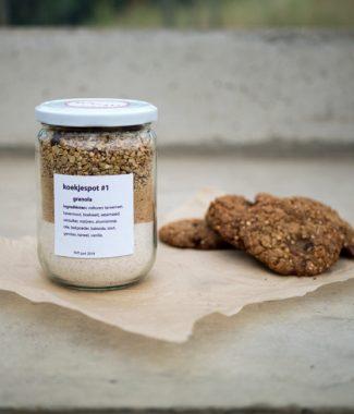 Foto van koekjespot met de ingrediënten voor granolkoekjes en voorbeelden van de koekjes ernaast.