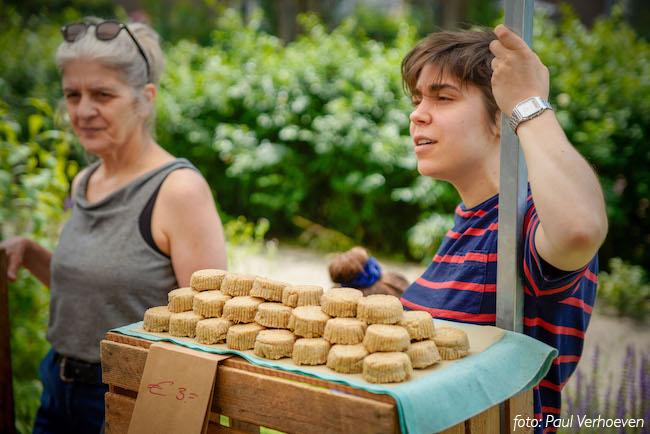 Marienel en Aster achter hun Markt om de Hoek kraam met ene hele voorraad cashew-ricotta.