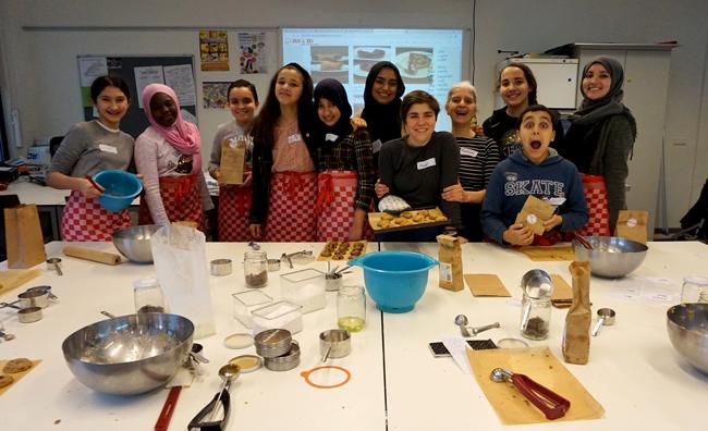 Foto van de workshop die Marienel en Aster gegeven hebben op de  ICM Weekendschool, met alle kinderen en begeleiders van de tweede workshop.