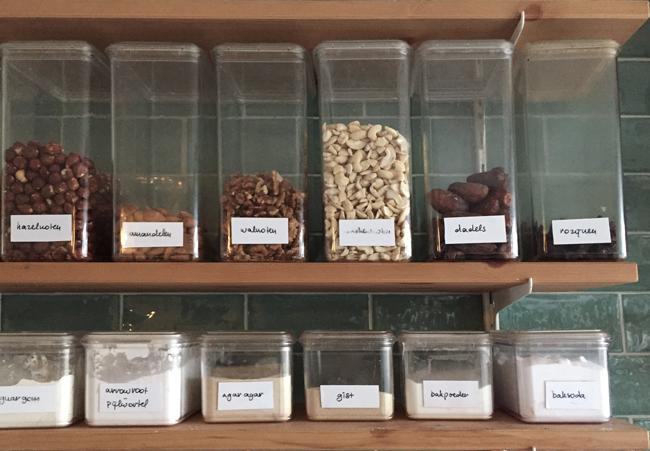 Foto van de noten- en dadelplank in de Zus&Zo keuken met hazelnoten,  amandelen, walnoten, cashews, dadels en rozijnen.