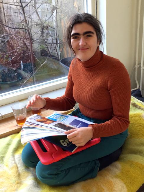 Foto van Anemoon op de bank in de werkruimte met een krulboekje.