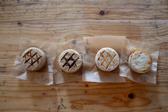Foto van vier gegrilde belegen cashew-kaasjes om te zien hoe ze gerookt smaken.