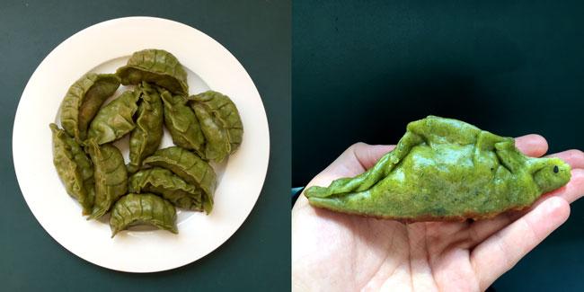 Twee foto's van dumplings met groen deeg (met prei-poeder), waarvan 1 deel traditioneel is gevormd, en 1 deel als een dinosaurus met een oogje van zwarte sesam.